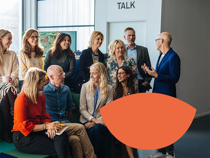 Foto på medarbetare på Altitude Meetings, alla pratar med varandra och ser glada ut